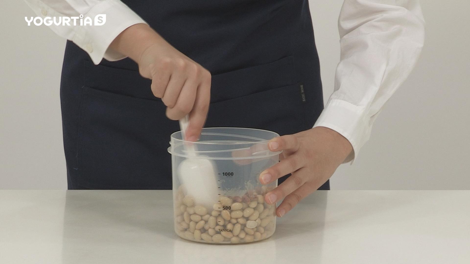 水煮大豆と納豆を入れ、よく混ぜます。