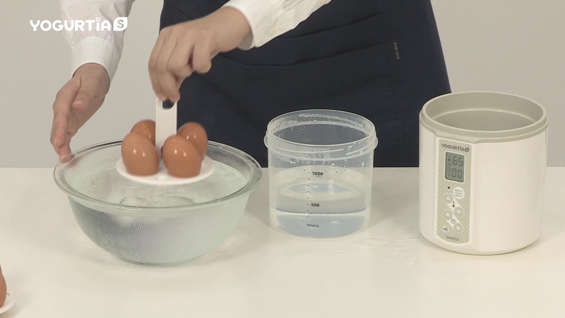 本体から温玉スタンドを取り出し、冷水で5分冷やしたら、温泉卵のできあがりです。