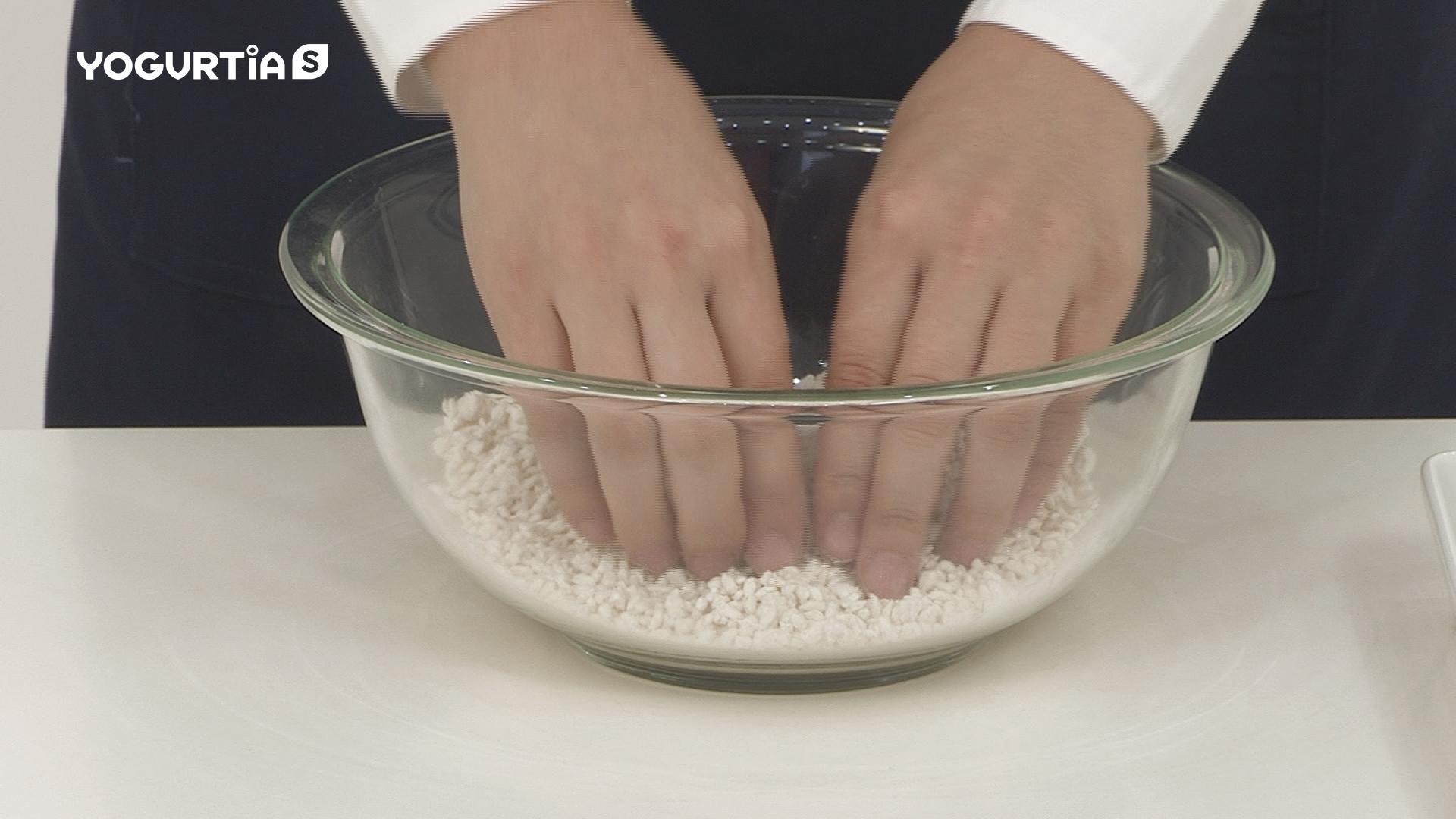 米麹は両手でこすり合わせるようにして、一粒ずつほぐします。
