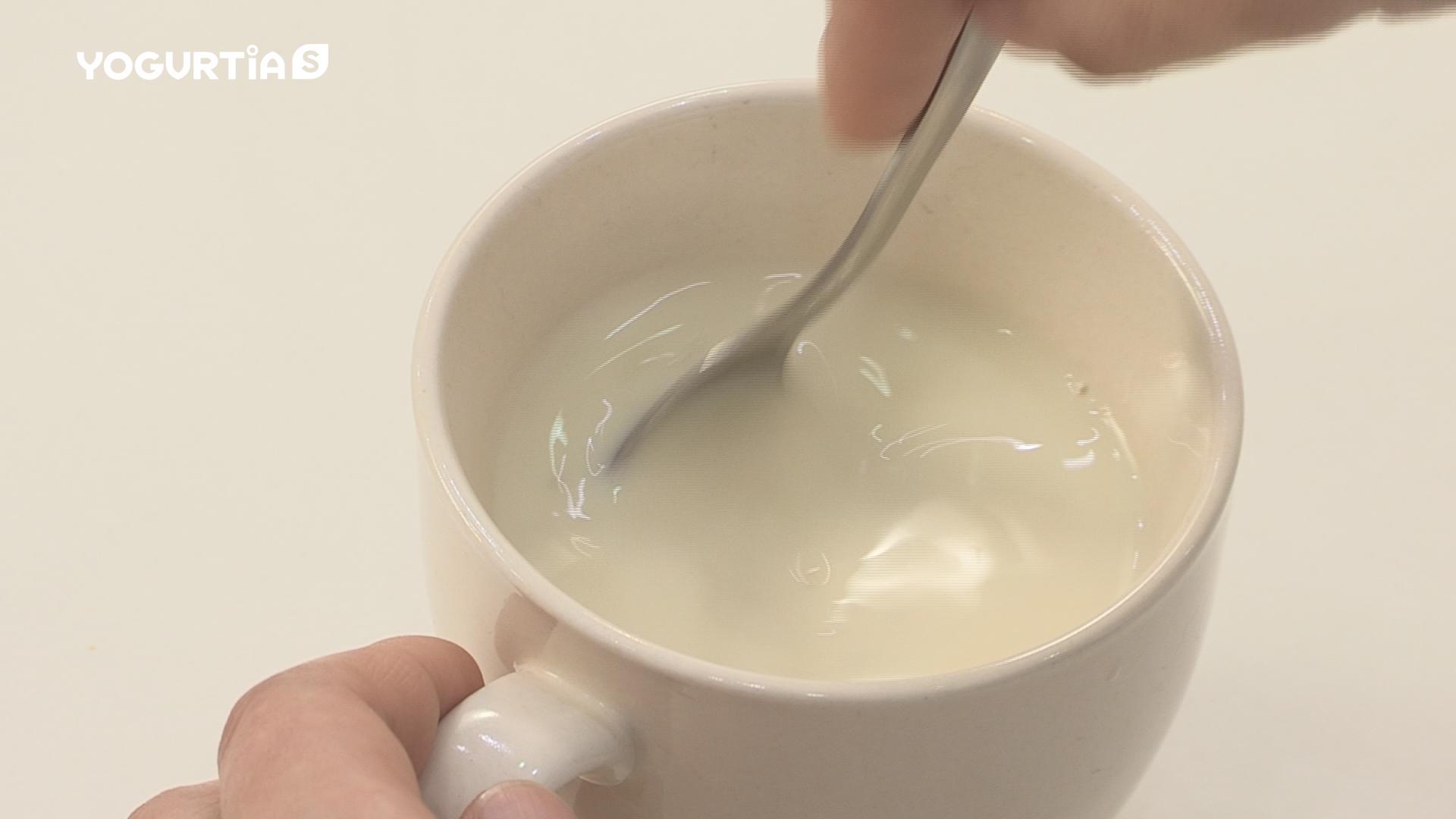 出来た甘酒と無調整豆乳をコップに注いでかき混ぜ、電子レンジで500W/1分30秒ほど温めれば豆乳甘酒の出来上がりです