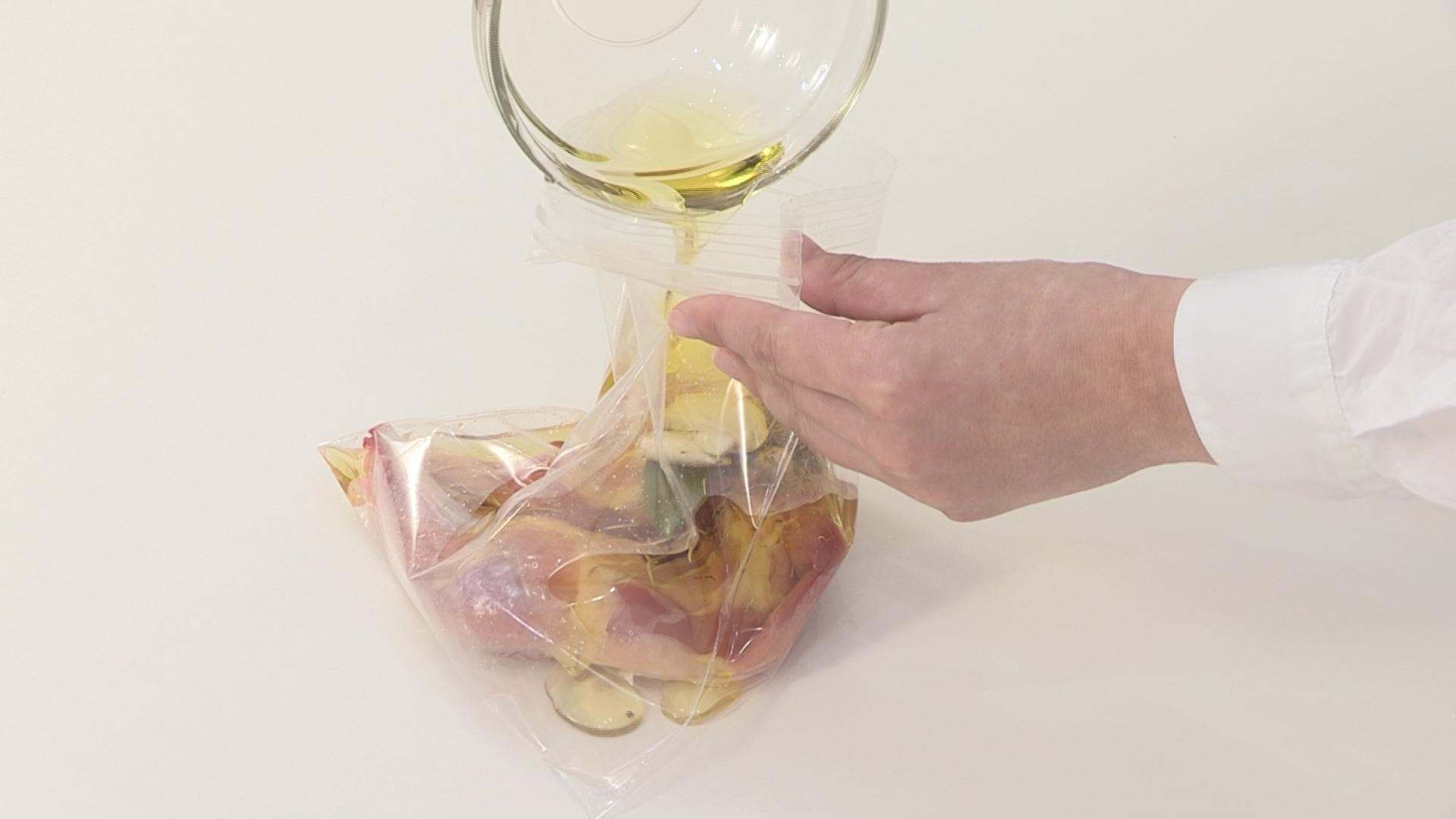 ①の鶏肉の水気をよくふいて、ファスナー付きの保存袋に入れます。Aを入て、鶏肉がかぶるまでオリーブ油を注ぎ、空気を抜きながら、口をしっかりと閉めます。