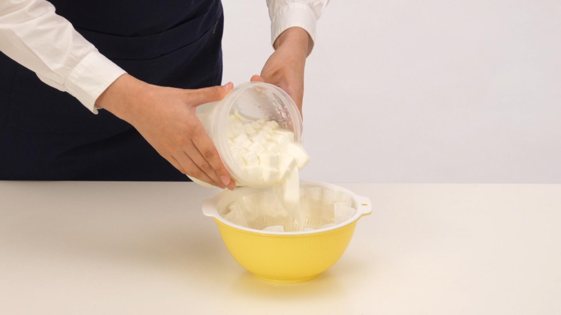 ボウルにキッチンペーパー(またはペーパーフィルター) を広げたザルをのせ、5のカードをゆっくり移します。乾燥しないようにラップをし、冷蔵庫で3~4時間ほど水分を切ってください。
