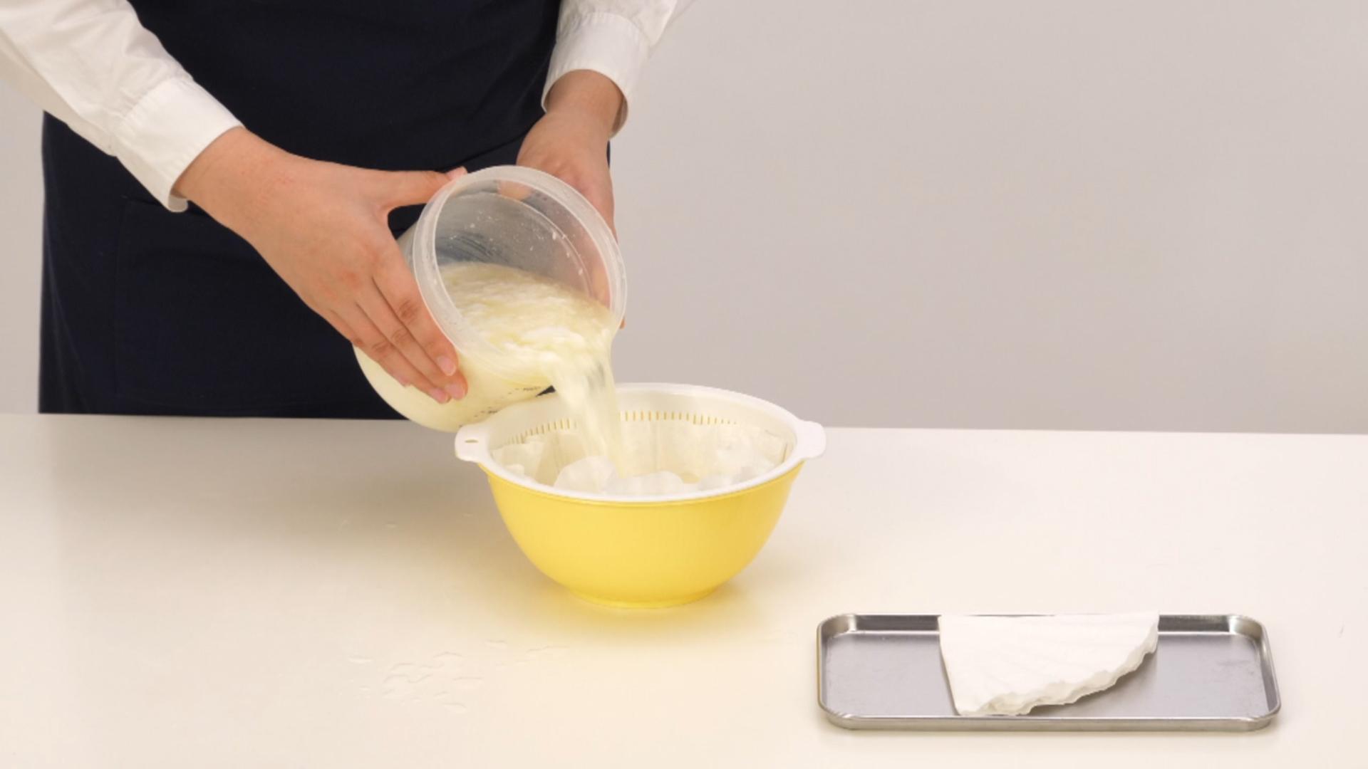 ボウルにキッチンペーパー(またはペーパーフィルター)を広げたザルをのせ、3をゆっくり移します。乾燥しないようにラップをし、冷蔵庫で1~2時間ほど水分を切ってください。